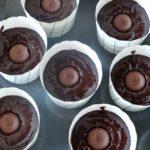 Gör muffins av kladdkakan